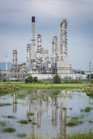 destilacion: Oil Refinery factory Petroleum in sunset at twilight, petrochemical plant