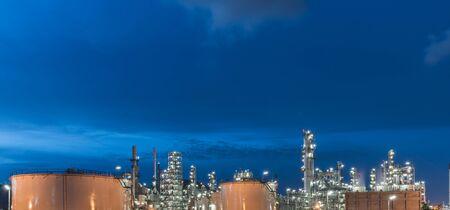 destilacion: Oil Refinery factory, petrochemical plant, Petroleum at dark