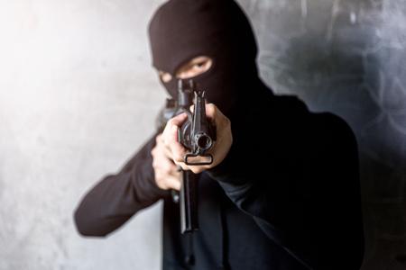 Junger Gunman-Mörder zielte seinen M16-Gewehrfokus auf Gewehrspitze