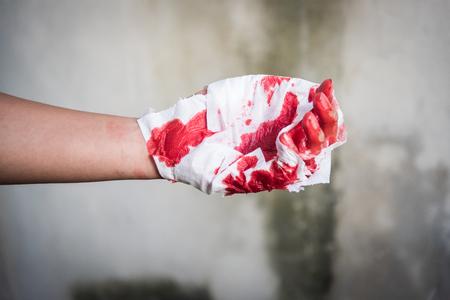 사고 후 매우 피 묻은 붉은 상해 남자 손으로 의학 붕대