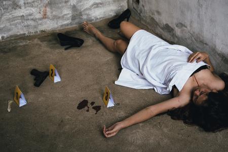 Jonge vrouw vermoord en verkracht politie gemarkeerd met bewijs pistool bloed en condoom Stockfoto