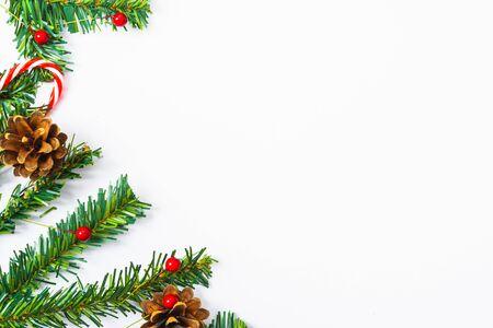 Szczęśliwego nowego roku i bożego narodzenia, widok z góry płasko świecka dekoracja kompozycji na białym tle z miejscem na kopię tekstu