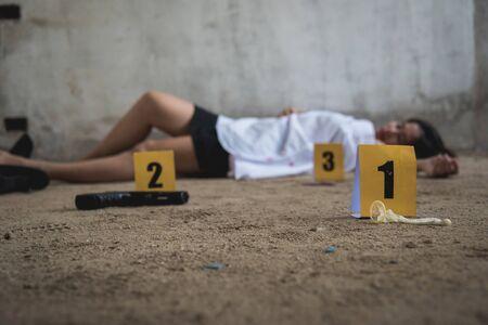 Cuerpo de mujer joven niña muerta fue violencia de ladrón violada y asesinada en el suelo de una casa abandonada
