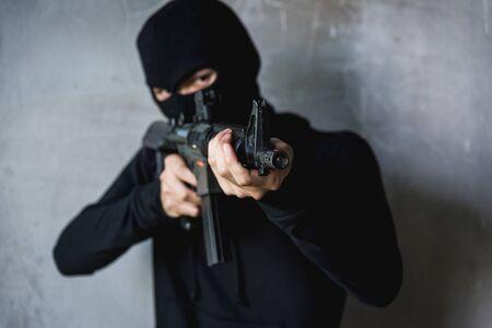 Un commando avec un casque tenant des pointes de canon M16 tire déjà