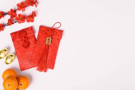 """Chinesisches Neujahrsfestkonzept, flache Draufsicht, Frohes chinesisches Neujahr mit rotem Umschlag und Goldbarren (Charakter """"FU"""" bedeutet Glück, Segen) auf weißem Hintergrund mit Kopierraum für Text Standard-Bild"""
