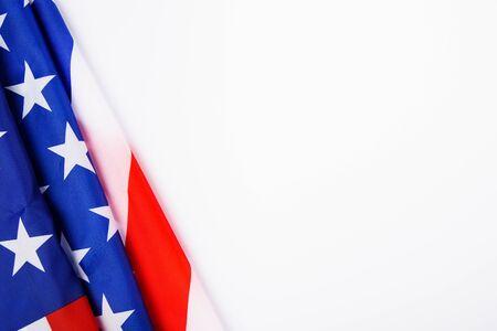 Concept de la fête du président, vue de dessus à plat, drapeau de l'Amérique sur fond blanc avec espace de copie pour votre texte
