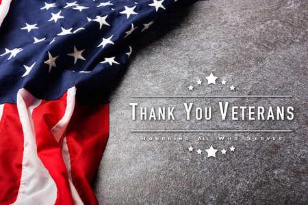 俯视图头顶美国国旗,纪念和感谢英雄,工作室拍摄与复制空间混凝土板背景,美国节日退伍军人或独立日概念