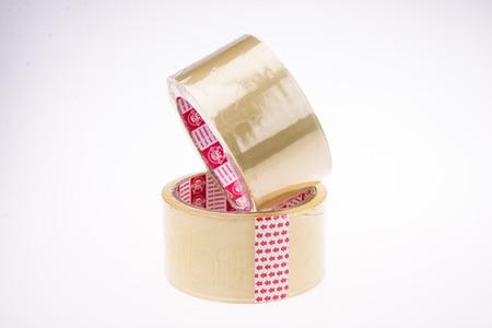 Roll of klaren transparenten Klebeband auf weißem