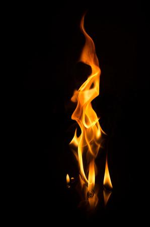 黒の背景の上に火します。