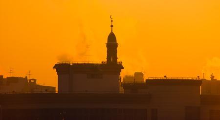 evaporacion: Mezquita musulmán en la evaporación de niebla en la puesta del sol, fondo, oscuridad congelado