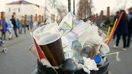 無駄に街 - エコロジー概念のバスケット 写真素材