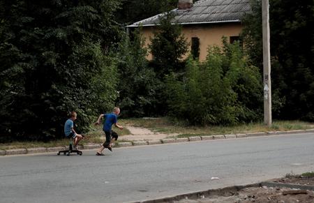 Kazan, Russie, 14 août 2011, les orphelins pauvres russes joue avec une chaise cassée