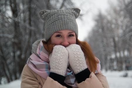 Mladá žena v zimním parku, zblízka