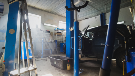 llave de sol: View of car service station - dust particles float in the air at sunny midday