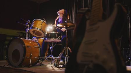 Hard rock music - drum break down uitvoeren - aantrekkelijk meisje met stromend haar