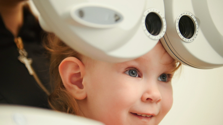 oculista: Healthcare - little cute girl in ophthalmologist room