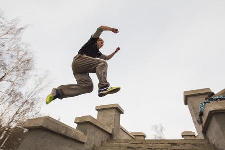 광각보기 - 겨울 눈 공원에서 점프하는 파 쿠르 - 자유 실행 훈련