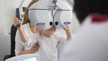 어린이 안과 - 검안사 수표 어린 소녀의 눈 스톡 콘텐츠