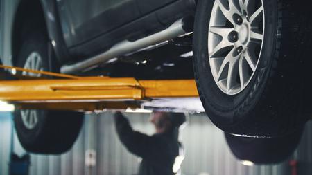 정비, 작업자 세부 사항에 대한 자동차 서비스에서 해제 된 자동차