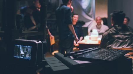 Regisseur, cameraman en acteurs die aan de bioscoop werken - filmset