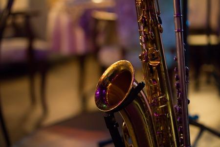 재즈 카페 무대에 색소폰 스톡 콘텐츠