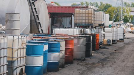 배럴은 폐유 및 석유 제품과 함께 서 있습니다. 스톡 콘텐츠