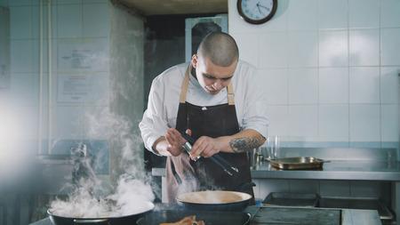 요리사는 음식에 향신료를 추가합니다.