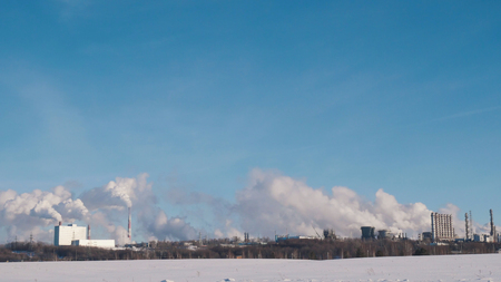 Skyline of large energy and chemical plant with pipes and tanks Reklamní fotografie - 98795738