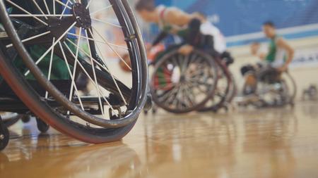 スポーツトレーニング中の車椅子の障害者バスケットボール選手 写真素材