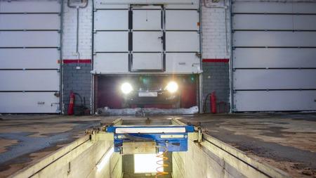 Car service. A car entering the service Banque d'images - 117500440