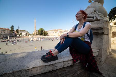 A woman sitting on a sill near the Italian sight square 版權商用圖片