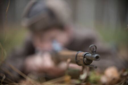 A picture of rifle in the soldiers hand