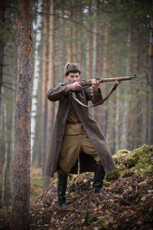 Un soldat de la Seconde Guerre mondiale tient le fusil dans ses mains et vise