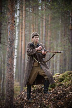 Un soldat de la Seconde Guerre mondiale recharge le fusil