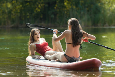 Rafting - two women sitting on the inflatable boat on river Banque d'images