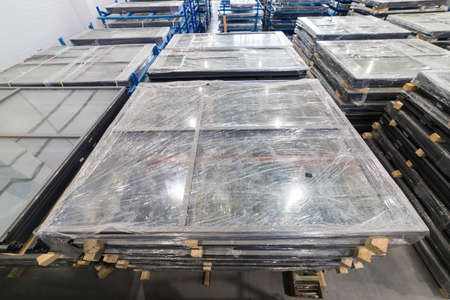 Shipping the plastic windows packed in plastic sheets Banque d'images