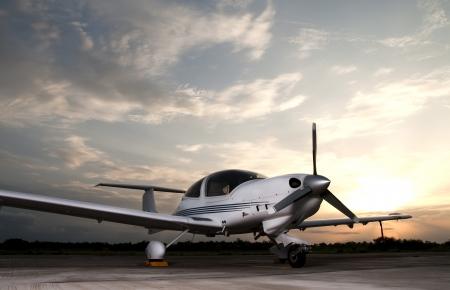 L'aereo sulla pista Archivio Fotografico - 24692197
