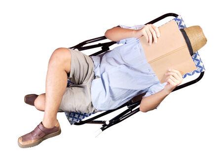 Jonge man ontspannen, lezen liggend op ligstoel, geïsoleerde witte achtergrond