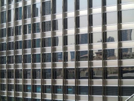 devanture: Fa�ade en verre d'un immeuble de bureaux � Duba�, ce qui refl�te d'autres b�timents Banque d'images