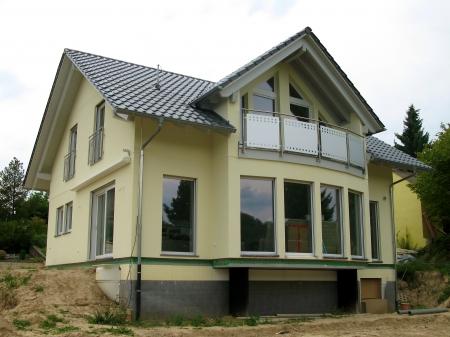 prefabricated buildings: Ver en la parte frontal de vidrio de una casa unifamiliar de nueva construcci�n amarilla