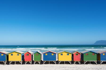 Kleurrijke badhuizen in Muizenberg, Cape Town, Zuid-Afrika, zich in een rij.