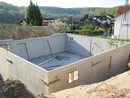 building wall: Construction of a cellar with prefabricated concrete