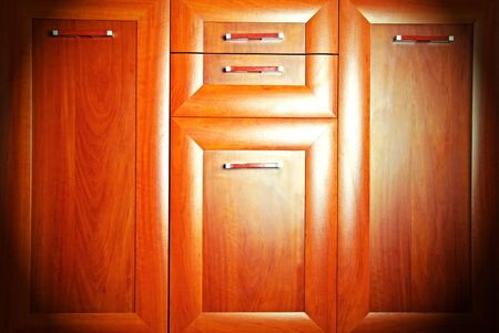 polished wood: Mobili di legno lucido con cassetti, close-up