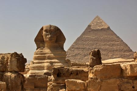 esfinge: La gran esfinge de Giza, con la pir�mide de Kefr�n en segundo plano