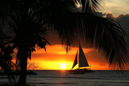Segelschiff bei Sonnenuntergang Standard-Bild - 10396338