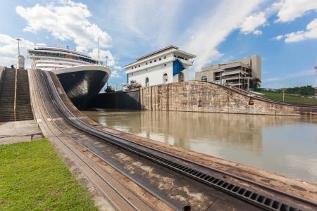 船はパナマ運河のロックを終了します。 写真素材