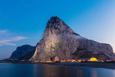 Der Felsen von Gibraltar von der Bucht-Seite in der Abenddämmerung zu sehen Standard-Bild - 30934279