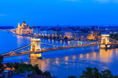 szechenyi: La cadena de Szechenyi Puente y Edificio del Parlamento de Budapest Hungr�a