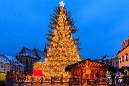 Alte Stadtplatz von Brasov in der Weihnachtszeit, Rumänien Standard-Bild - 33970632