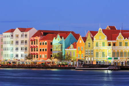 Weergave van het centrum van Willemstad in de schemering. Curaçao, Nederlandse Antillen